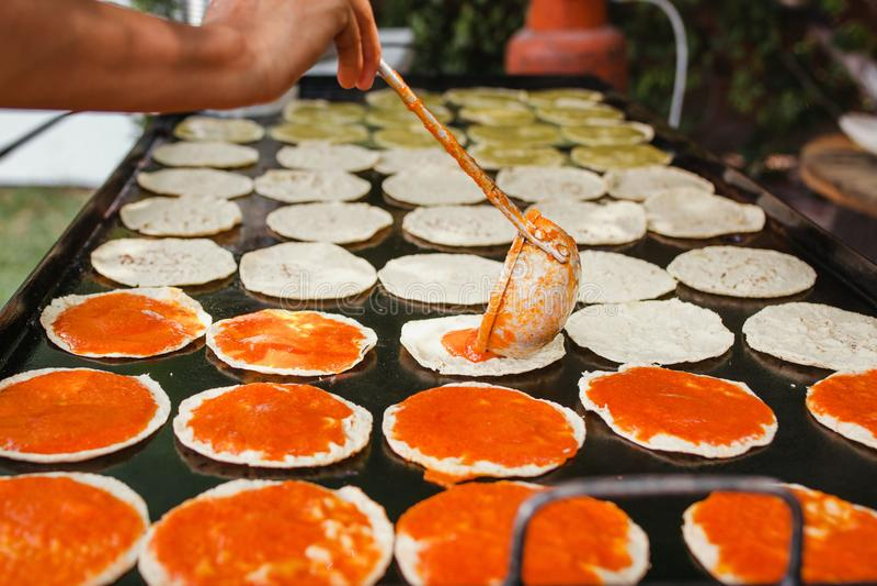 Mexikansk mat för Chalupas poblanas i kryddigt mellanmål för puebla stad royaltyfria foton