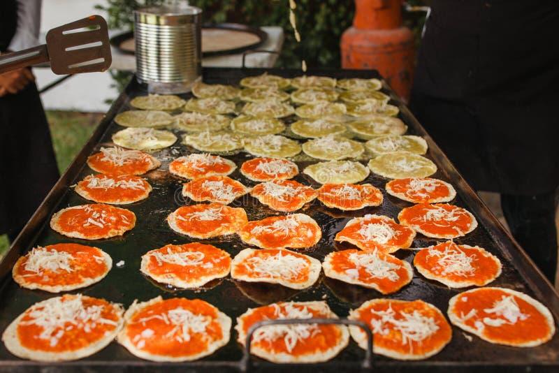 Mexikansk mat för Chalupas poblanas i kryddigt mellanmål för puebla stad royaltyfri foto