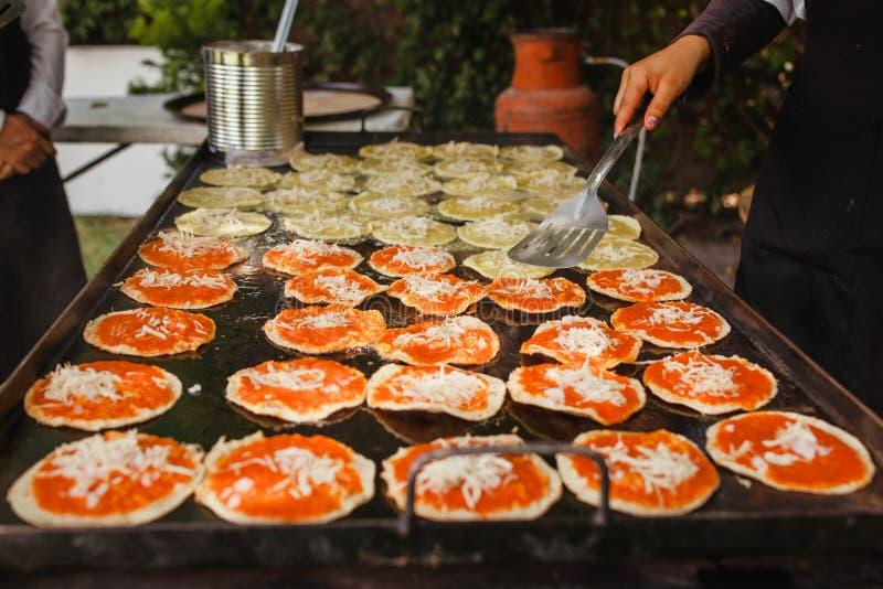 Mexikansk mat för Chalupas poblanas i kryddigt mellanmål för puebla stad fotografering för bildbyråer