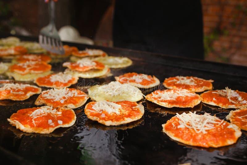 Mexikansk mat för Chalupas poblanas i kryddigt mellanmål för puebla stad arkivfoton
