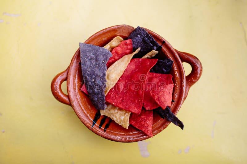 Mexikanska nachos i en lerpott arkivbild