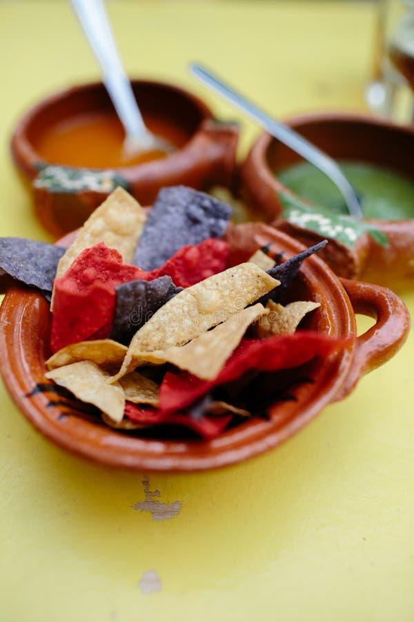 Mexikanska nachos i en lerpott royaltyfri foto