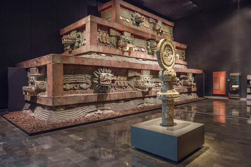 MEXIKO CITY - 1. AUGUST 2016: Innenraum des Nationalmuseums von Anthropologie in Mexiko City lizenzfreie stockfotos