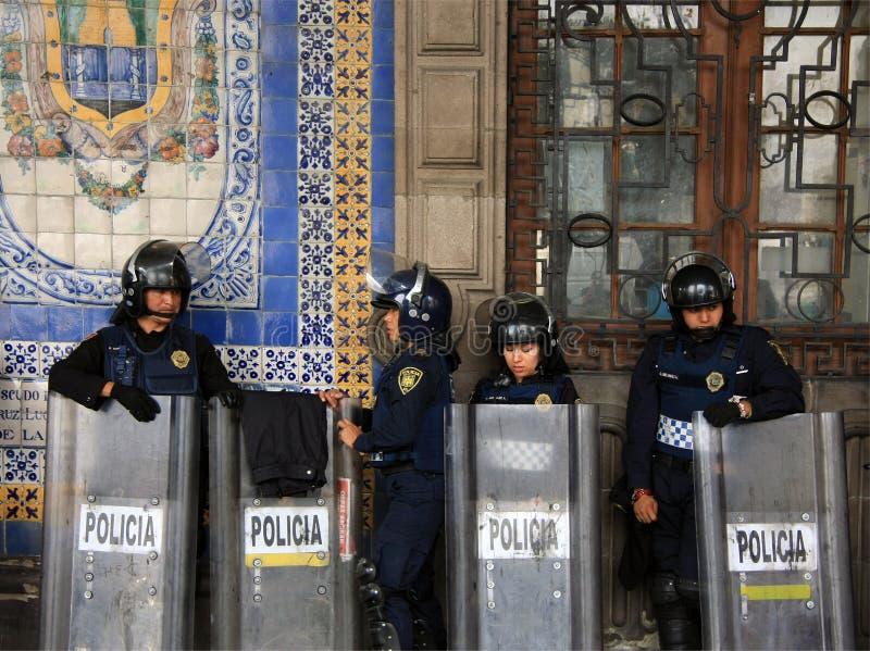 Mexiko City, Mexiko - 24. November 2015: Mexikanische Polizeibeamten in der Schutzausrüstung außerhalb des Gebäudes in Zocalo-Qua lizenzfreies stockbild