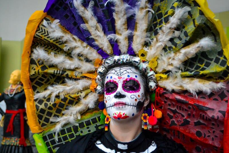 Mexiko City, Mexiko; Am 1. November 2015: Porträt einer Frau mit buntem Hut oder des penacho in der Verkleidung am Tag des toten  lizenzfreie stockfotografie