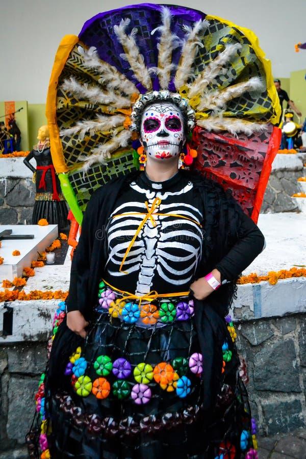 Mexiko City, Mexiko; Am 1. November 2015: Porträt einer Frau mit buntem Hut oder des penacho in der Verkleidung am Tag des toten  stockfotos