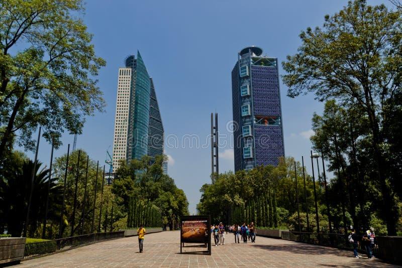 Mexiko- Citywolkenkratzer von chapultepec Park lizenzfreies stockbild