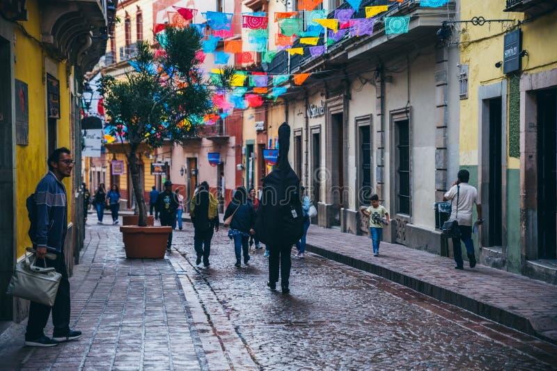 MEXIKO - 23. SEPTEMBER: Leute, die in ein Guanajuato-Straße tha gehen lizenzfreie stockbilder