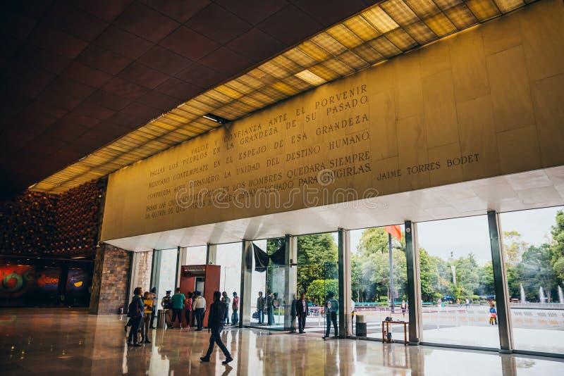 MEXIKO - 28. SEPTEMBER: Leute, die zum nationalen Anthropol hereinkommen lizenzfreie stockbilder