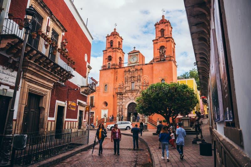 MEXIKO - 23. SEPTEMBER: Schöne orange kolonialkirche am e lizenzfreies stockfoto