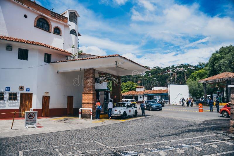 MEXIKO - 22. SEPTEMBER: Volkswagen-Taxi, das an einem Gas s wieder getankt wird stockfotos