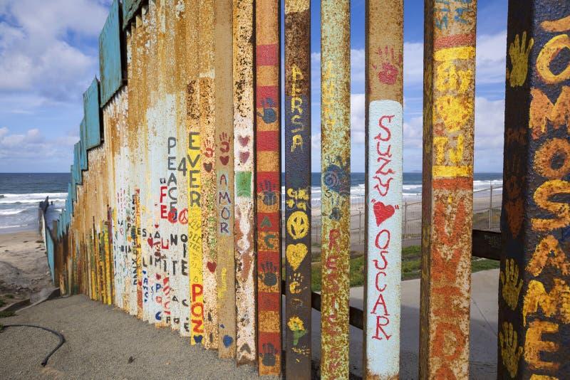 Mexiko - Tijuana - die Wand der Schande lizenzfreie stockbilder