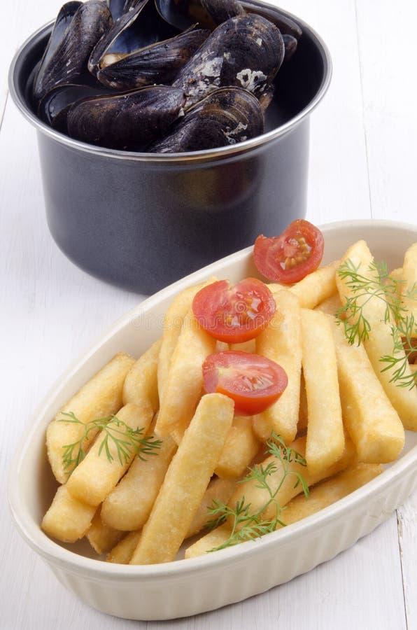 Mexilhão com batatas fritas em uma bacia fotos de stock royalty free