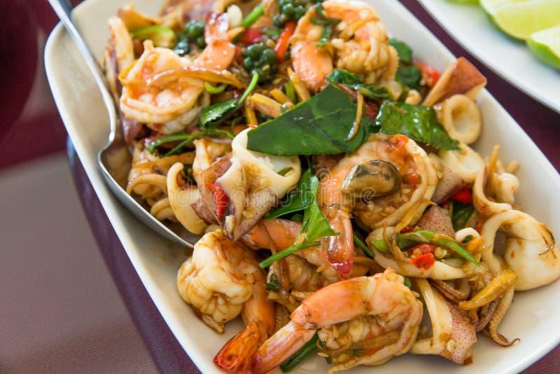 Mexilhão de comida do mar e camarão misturam-se em yummy no estilo da ásia prato imagem de stock royalty free