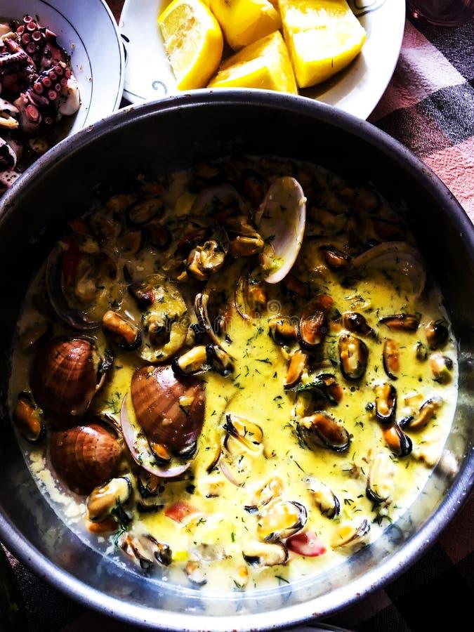 Mexilhões e camarão no molho de tomate O prato tradicional de Marte fotografia de stock