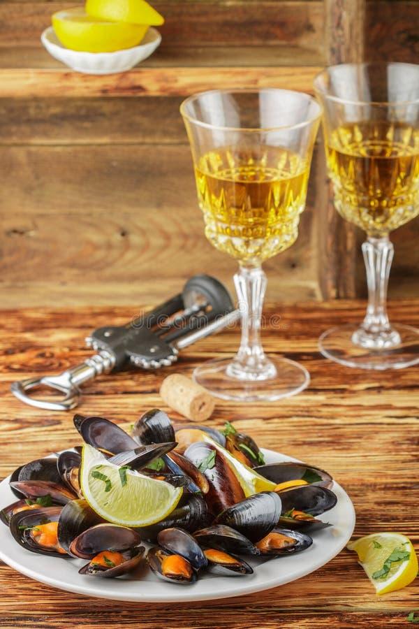 Mexilhões no vinho com salsa e limão fotografia de stock