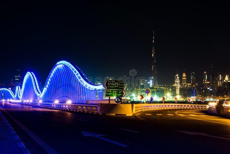Meydan桥梁和迪拜都市风景在晚上 库存图片