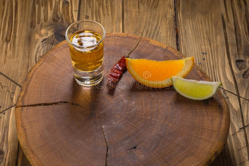 Mezcal Mexicaanse drank met oranje plakken en in oaxaca Mexico stock foto's
