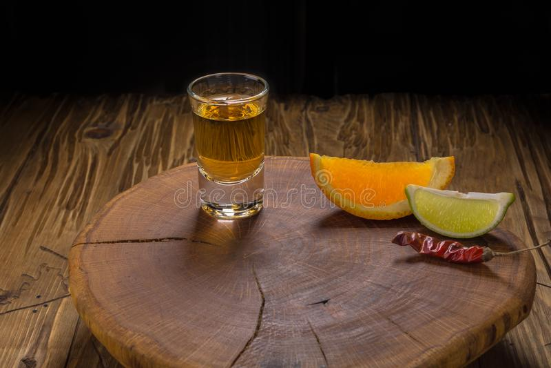 Mezcal Mexicaanse drank met oranje plakken en in oaxaca Mexico royalty-vrije stock foto's