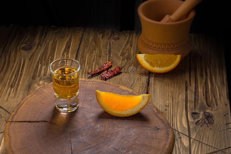 Mezcal Mexicaanse drank met oranje plakken en wormzout in oaxaca Mexico stock foto