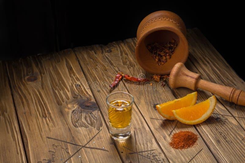 Mezcal Mexicaanse drank met oranje plakken en wormzout in oaxaca Mexico royalty-vrije stock foto