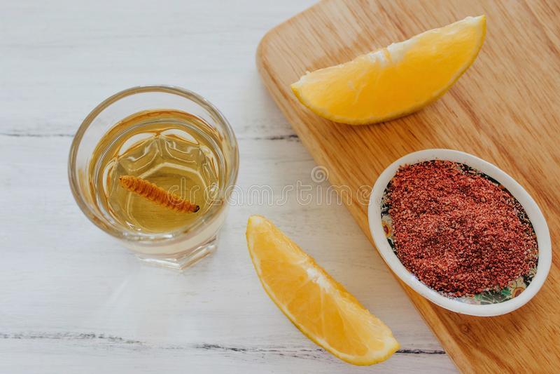 Mezcal schoot met Spaanse peperzout en agaveworm, Mexicaanse drank in Mexico stock afbeelding