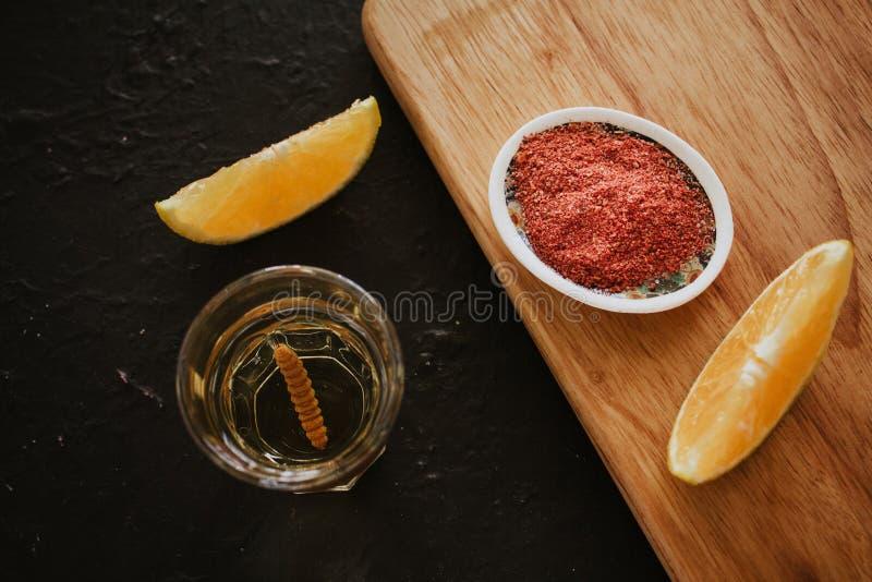 Mezcal schoot met Spaanse peperzout en agaveworm, Mexicaanse drank in Mexico stock foto's