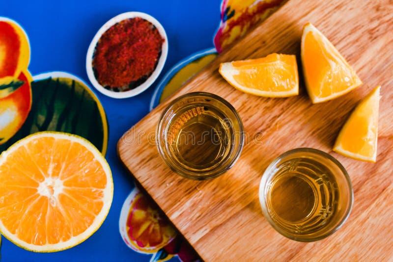 Mezcal schoot met Spaanse peperzout en agaveworm, Mexicaanse drank in Mexico royalty-vrije stock foto's
