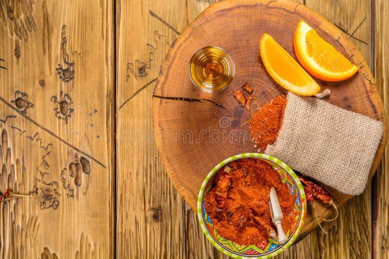 Mezcal schoot Mexicaanse drank met oranje plakken, Spaanse peperpeper en wormzout in oaxaca Mexico Hoogste mening met exemplaarru royalty-vrije stock afbeelding
