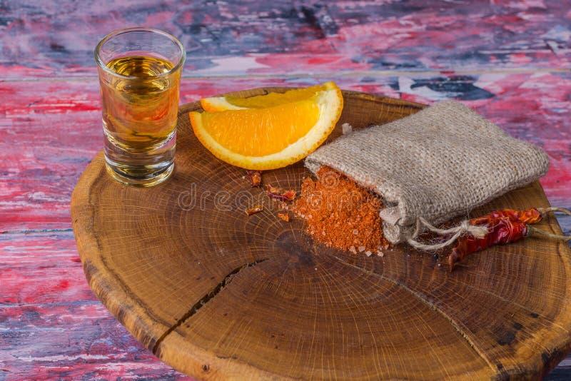 Mezcal - traditionele Mexicaanse sterke alcoholische drank met oranje plakken, wormzout en Spaanse peper papper op een oude houte royalty-vrije stock foto