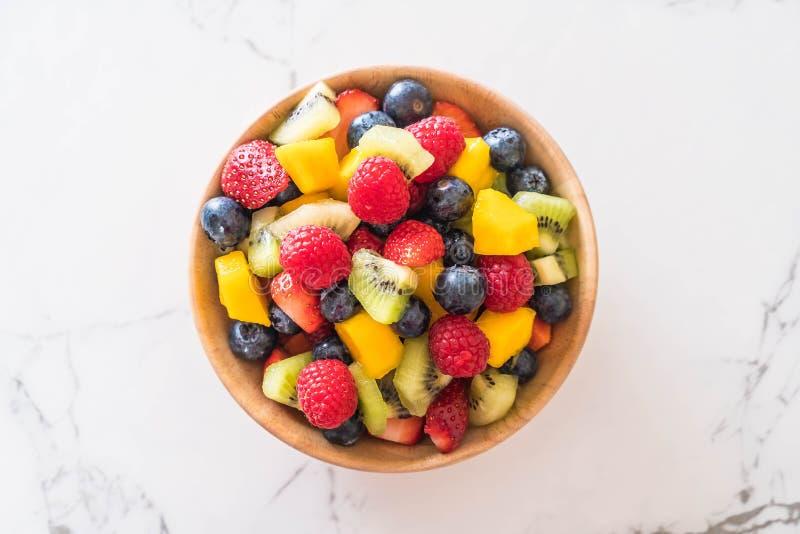 mezcl? las frutas frescas (fresa, frambuesa, ar?ndano, kiwi, mango fotografía de archivo libre de regalías