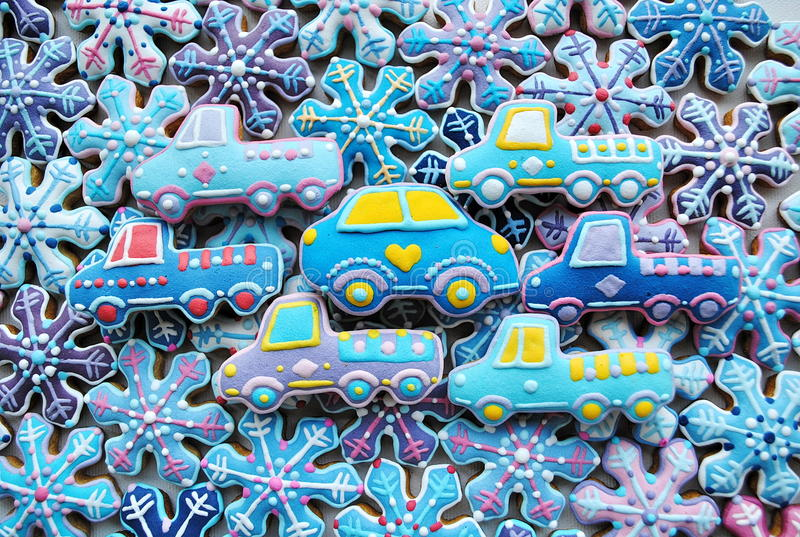 Mezcla única, hecha en casa, colorida de Honey Cookies en la forma del coche, copos de nieve fotografía de archivo libre de regalías