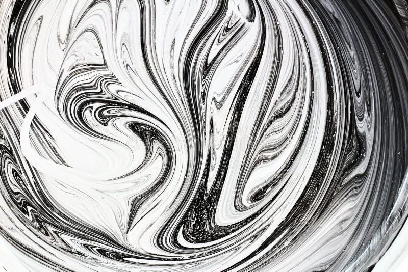 mezcla abstracta de la imagen de dos colores La textura de los círculos de la pintura blanca y negra foto de archivo