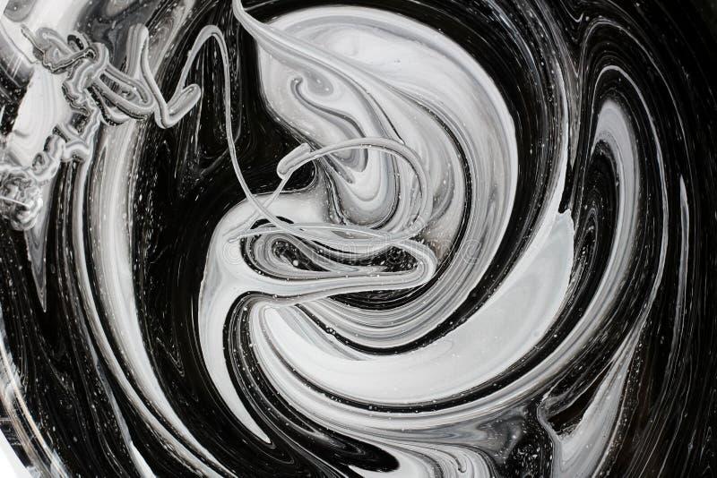 mezcla abstracta de la imagen de dos colores La textura de los círculos de la pintura blanca y negra imagen de archivo