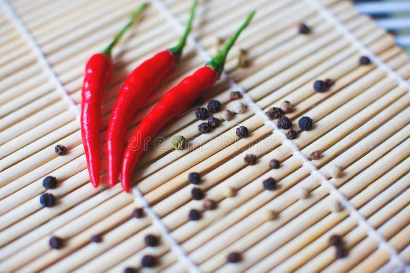 Mezcla coloreada de las pimientas con pimienta de chile rojo Especias de la pimienta foto de archivo libre de regalías