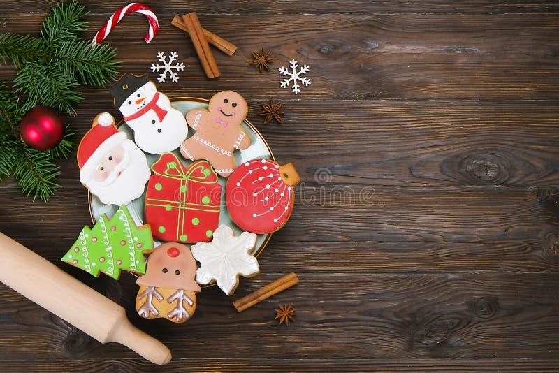 Mezcla colorida de las galletas mezcladas de la Navidad de opinión superior adornada Navidad-temática de las galletas sobre la ta fotografía de archivo libre de regalías