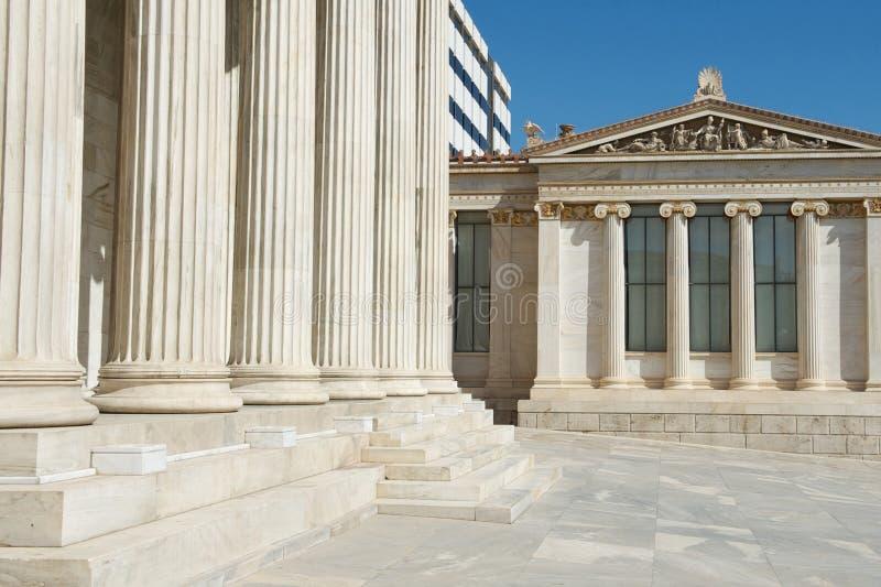 Mezcla de arquitectura clásica y moderna en la universidad de Atenas, foto de archivo