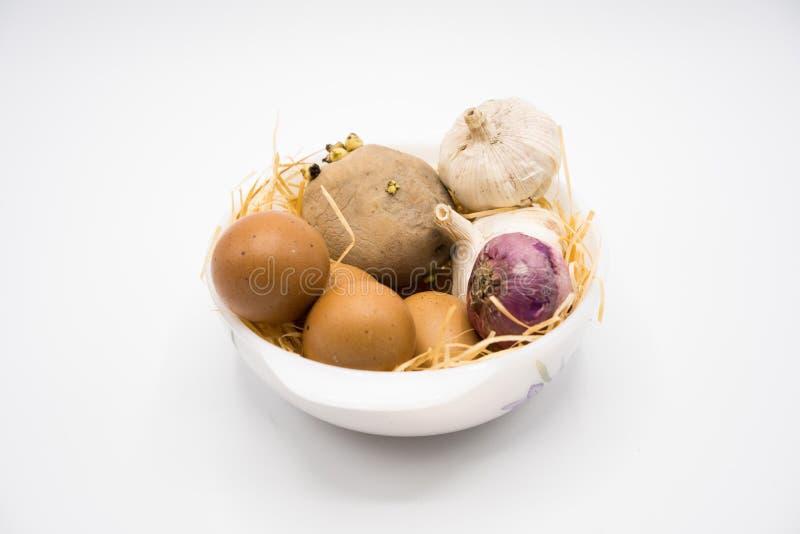 Mezcla de cebolla y de ajo de la patata del huevo en la jerarquía con el fondo blanco foto de archivo libre de regalías