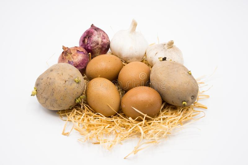 Mezcla de cebolla y de ajo de la patata del huevo en la jerarquía con el fondo blanco foto de archivo