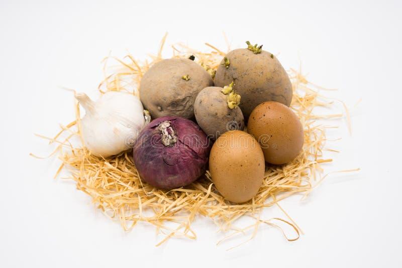 Mezcla de cebolla y de ajo de la patata del huevo en la jerarquía con el fondo blanco fotos de archivo