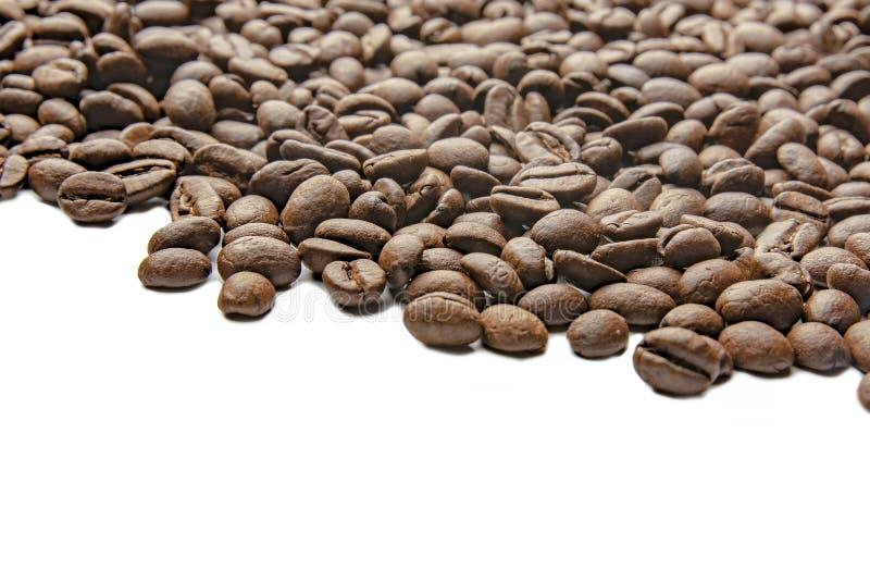 Mezcla de diferentes tipos de granos de caf? Fondo del caf? Granos de caf? asados Granos de caf? aislados en el fondo blanco fotografía de archivo