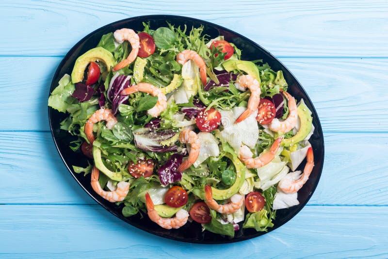 Mezcla de ensalada con los camarones aguacate y los tomates de cereza Fondo sano del alimento imagen de archivo libre de regalías