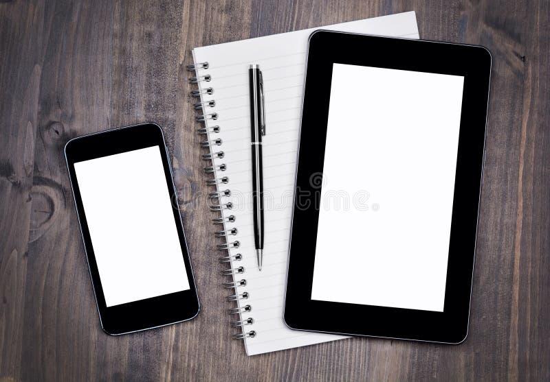 Mezcla de escritorio con el cuaderno y pluma en una tabla de madera imagen de archivo libre de regalías
