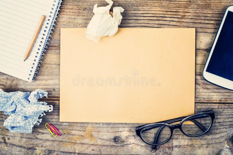 Mezcla de escritorio en una tabla de madera de la oficina fotografía de archivo libre de regalías