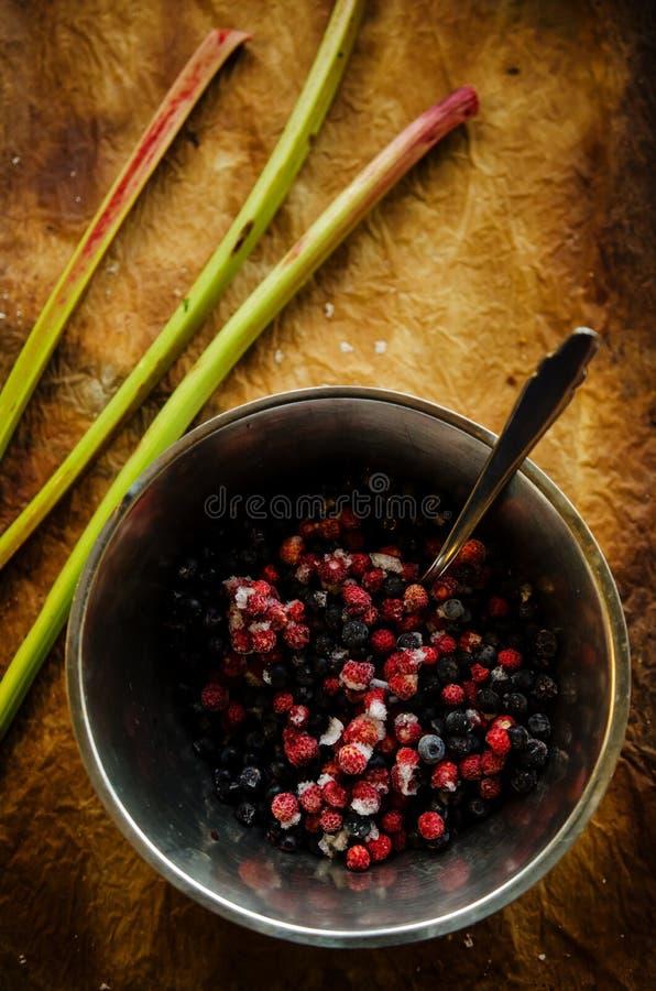 Mezcla de fresas salvajes y de arándanos de las bayas congeladas imagen de archivo