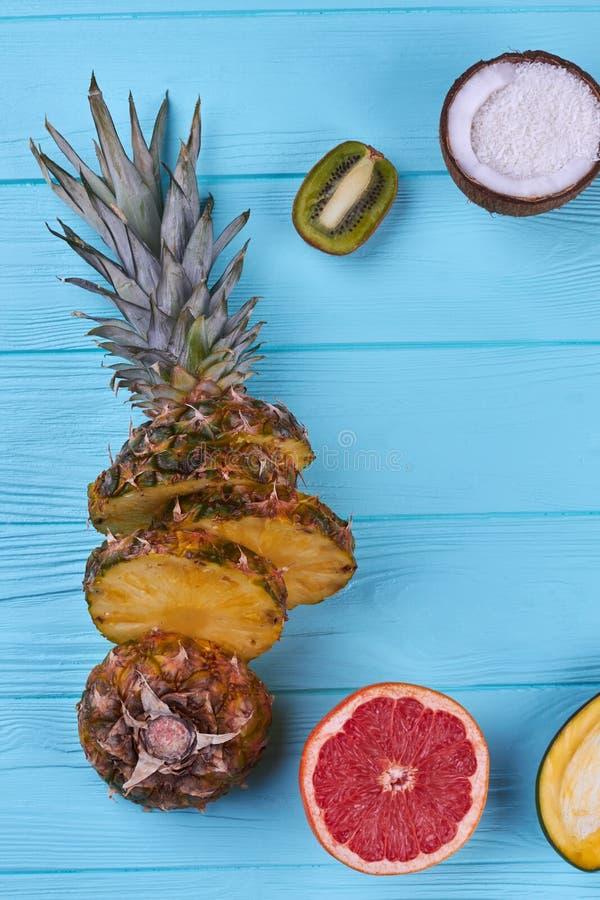 Mezcla de frutas tropicales cortadas, visión superior imagenes de archivo