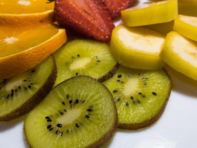 Mezcla de frutas tropicales: kiwi, naranjas, plátano, y fresas imagen de archivo libre de regalías