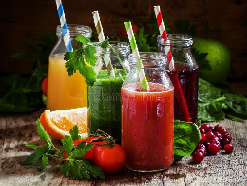 Mezcla de jugos sanos de la fruta y verdura en pequeñas botellas con fotos de archivo libres de regalías