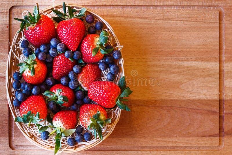 Mezcla de la fresa y del arándano en una cesta foto de archivo libre de regalías