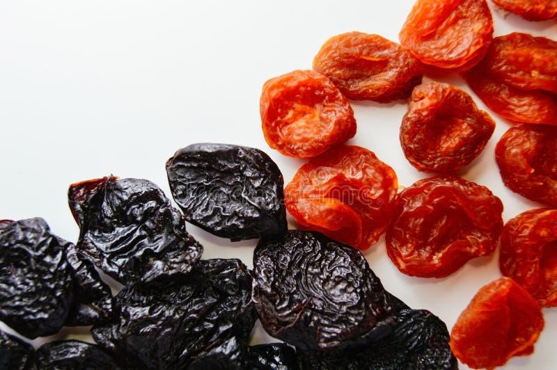 Mezcla de la fruta de albaricoques secados y de pasas secadas en un fondo blanco Opinión superior del desayuno de Healty Cierre p fotos de archivo libres de regalías